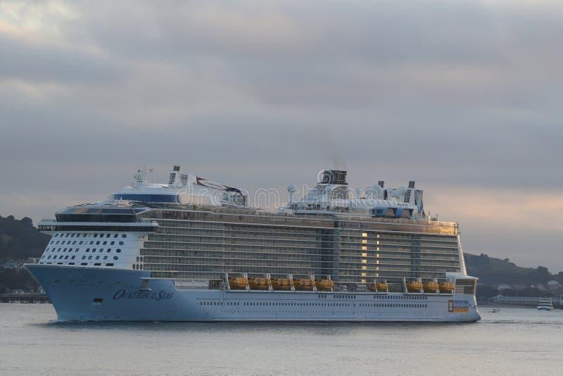 Ovation f?r Royal Caribbean kryssningskepp av haven i den Auckland hamnen royaltyfria bilder