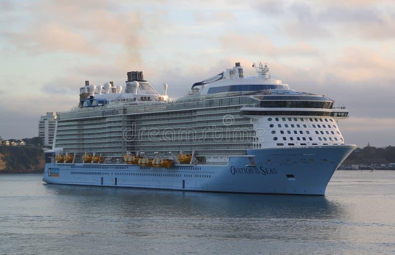 Ovazione della nave da crociera di Royal Caribbean dei mari nel porto di Auckland fotografia stock
