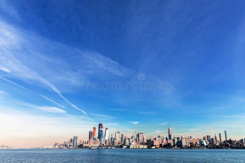 Ove de la opinión del panorama del horizonte de la puesta del sol de New York City Midtown Manhattan fotos de archivo