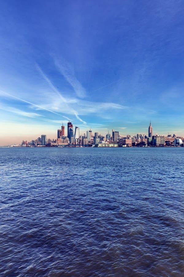 Ove de la opinión del panorama del horizonte de la puesta del sol de New York City Midtown Manhattan fotografía de archivo