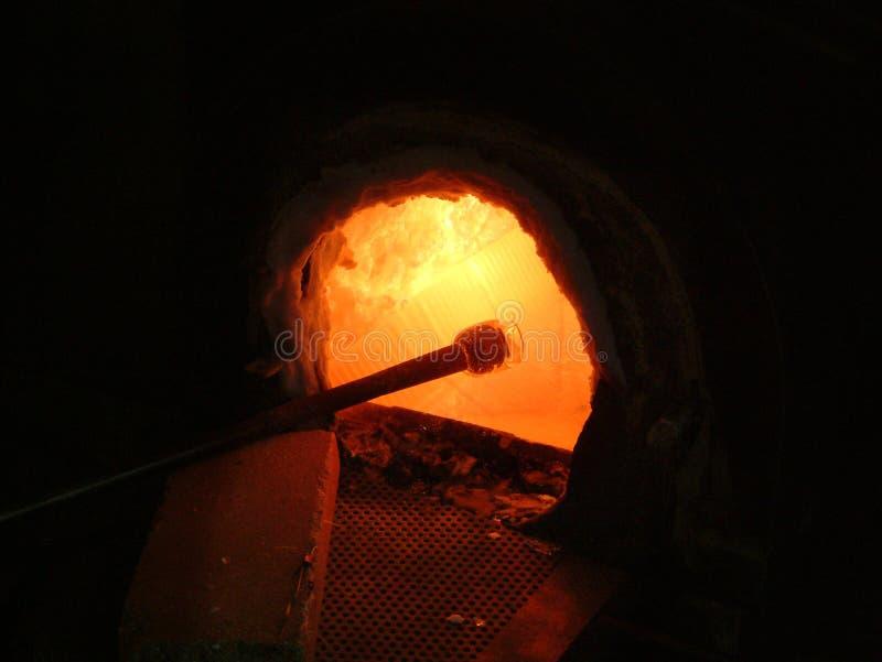Oven in een glas blazende workshop stock fotografie