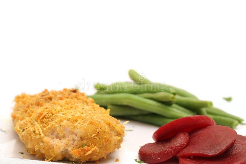 Oven gebraden kip met slabonen & bieten stock afbeeldingen