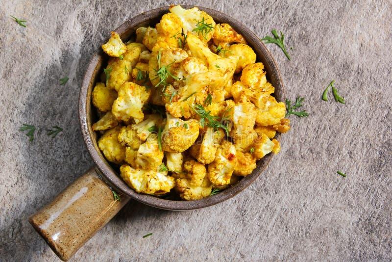 Oven Roasted Cauliflower in vaso ceramico - alimento sano fotografia stock libera da diritti