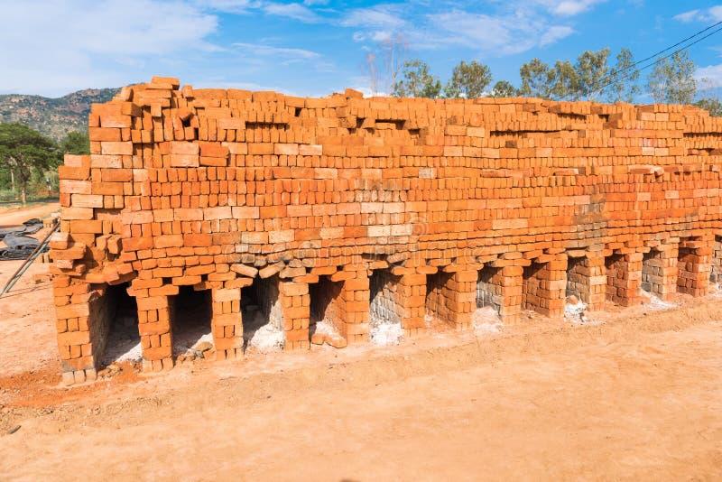 Oven voor vuren Indische bakstenen, Puttaparthi, Andhra Pradesh, India Exemplaarruimte voor tekst royalty-vrije stock fotografie