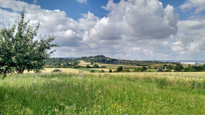 Over de heuvel en ver weg stock afbeelding