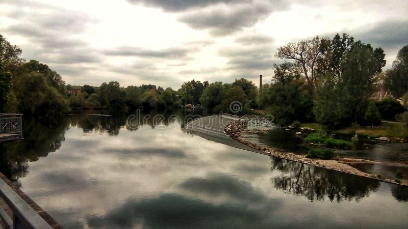 Over de rivier stock fotografie