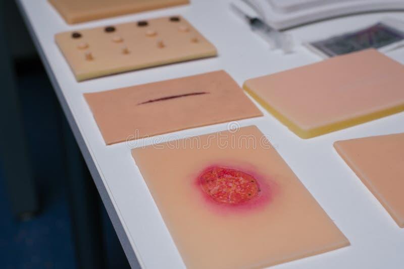 over echte siliconenhuid met brandwonden en wonden Geen echte schijnwonden om artsen op te leiden stock fotografie