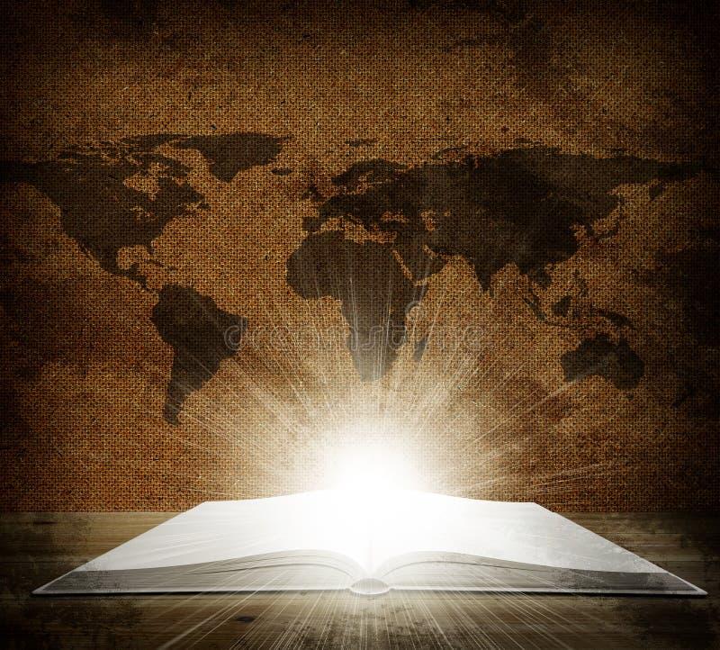 Over een open boek is een kaart van de aarde stock foto