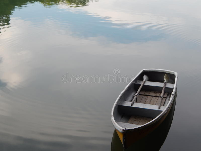 Over een vreedzame rivier royalty-vrije stock afbeelding