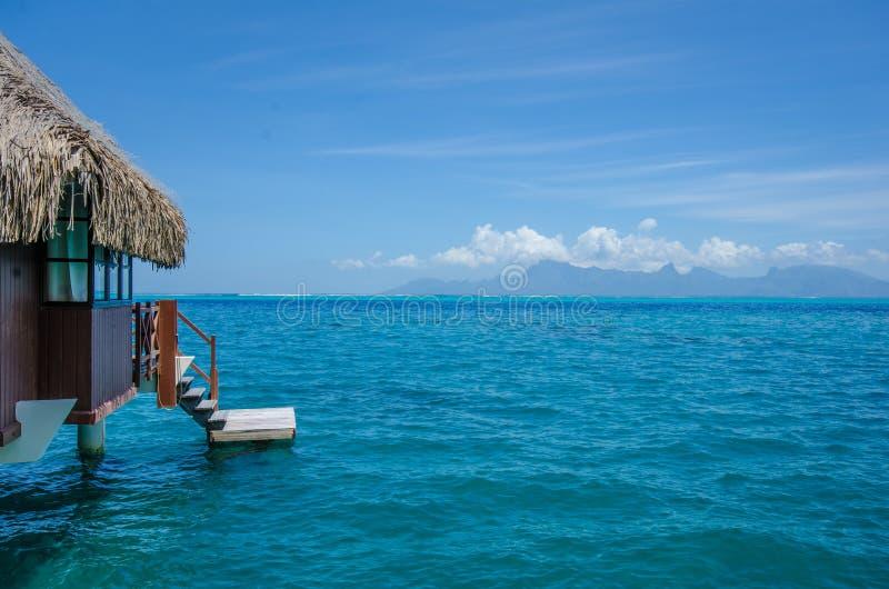 Over waterbungalow met mening van verbazende blauwe lagune royalty-vrije stock foto's