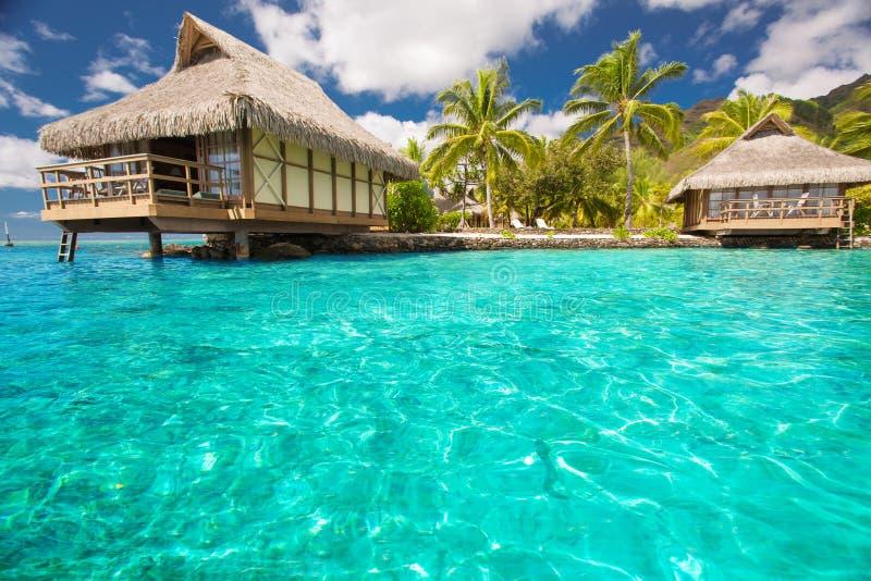 Over waterbungalowwen met stappen in blauwe lagune royalty-vrije stock foto
