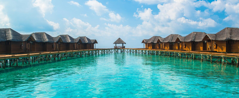 Over waterbungalowwen met stappen in verbazende groene lagune royalty-vrije stock foto