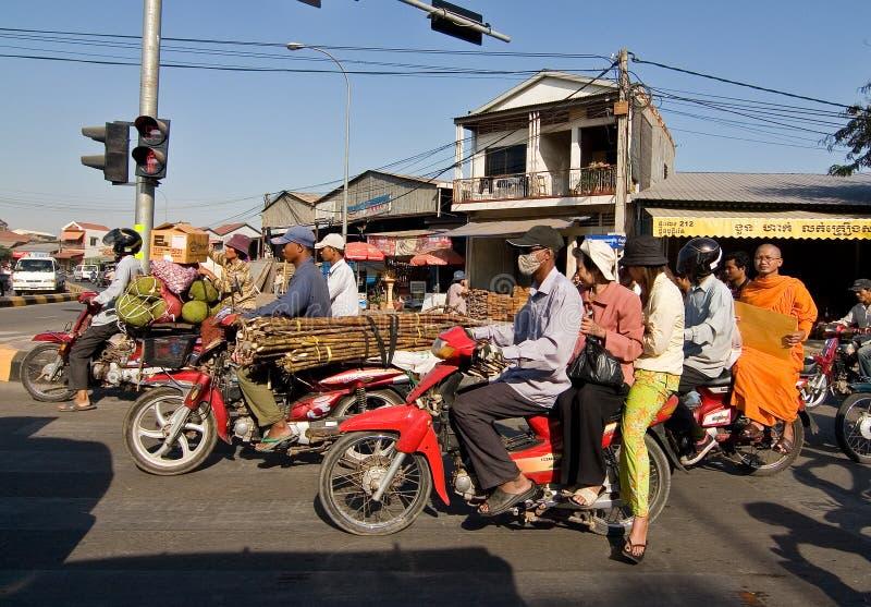 Overbelaste motorfietsen in Phnom Penh Kambodja royalty-vrije stock foto