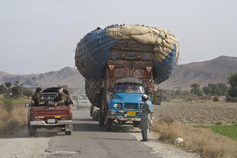 Overbelaste vrachtwagen royalty-vrije stock afbeelding