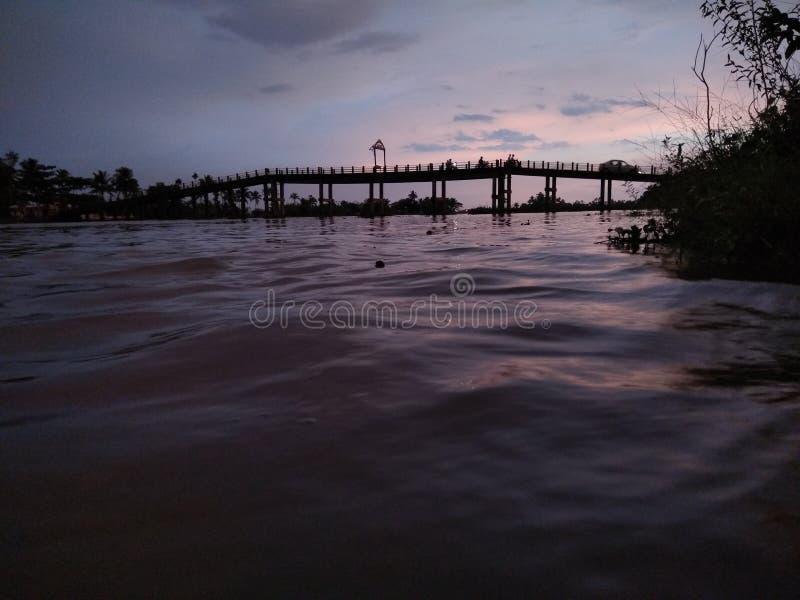 Overbridge sobre un río imagen de archivo