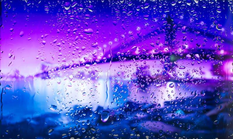 Overbrug a-mening van de stad van een venster van een hoog punt tijdens een regen Nadruk op dalingen stock afbeelding
