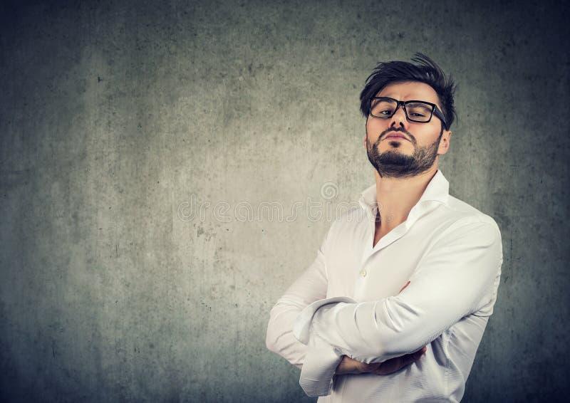 Overconfident стильный человек в стеклах стоковое изображение rf