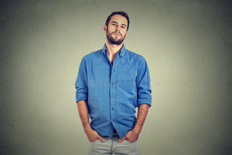Overconfident человек в голубой рубашке стоковое изображение rf