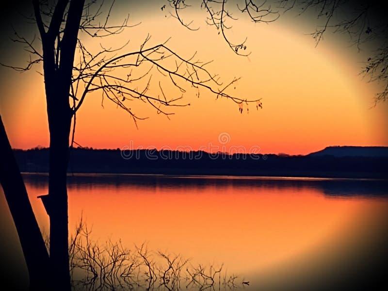 Overcup de lac au crépuscule photographie stock