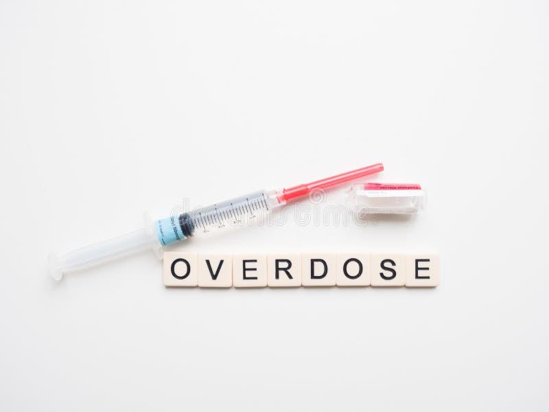 Overdose, seringa e tubo de ensaio vazio do Fentanyl em seu lado imagem de stock