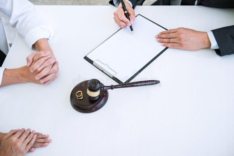 Overeenkomst door advocaat wordt voorbereid die besluit van scheiding ondertekenen die dissolut stock fotografie