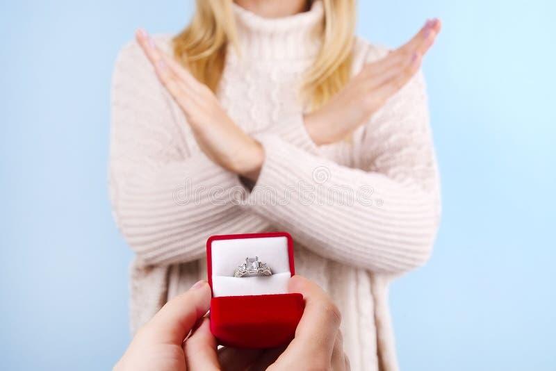 Overeenkomst/huwelijks/huwelijksvoorstel die/verwerping/geen scène goedkeuren weigeren Sluit omhoog van de mens die dure gouden p royalty-vrije stock foto's