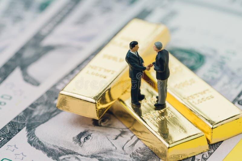 Overeenkomst of onderhandeling in investering, goud, conce van het rijkdombeheer stock afbeeldingen