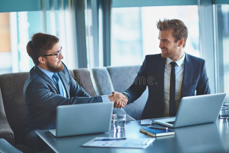 Overeenkomst van zakenlieden royalty-vrije stock afbeeldingen