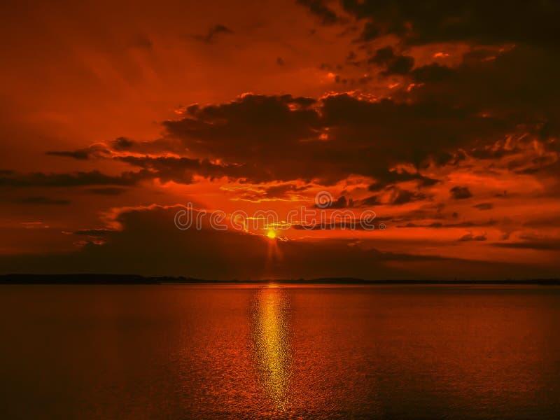 Overfiltered fotobehandlig på det guld- timmelandskapet på Ciurelu sjön royaltyfria foton