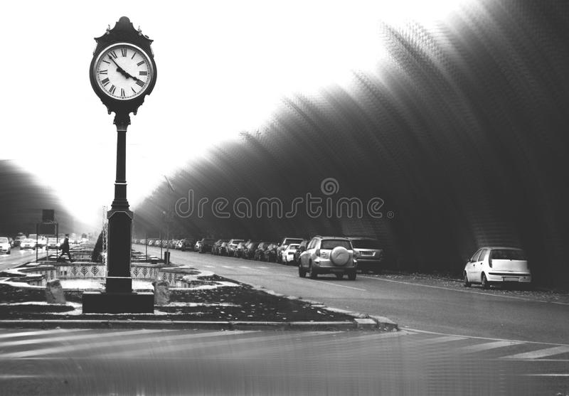 Overfiltered konstbegrepp med tappningklockan i mörkt stads- landskap fotografering för bildbyråer