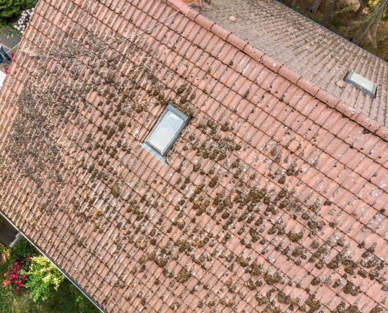 Overflight do telhado de uma casa unifamiliar para verificar a condição das telhas de telhado, vista aérea fotos de stock