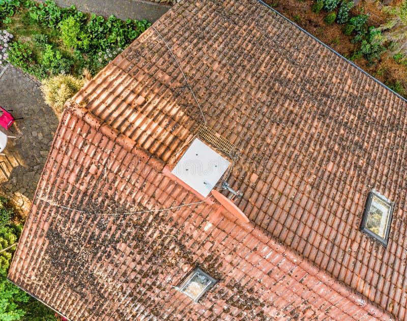 Overflight do telhado de uma casa unifamiliar para verificar a condição das telhas de telhado, vista aérea fotografia de stock
