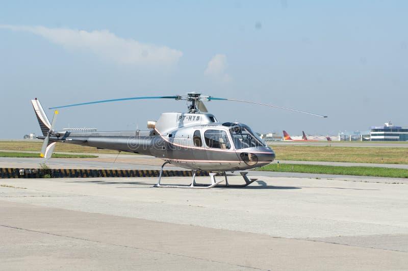 Overflight no aeroporto dos congonhas do helicóptero de São Paulo Brazil fotografia de stock