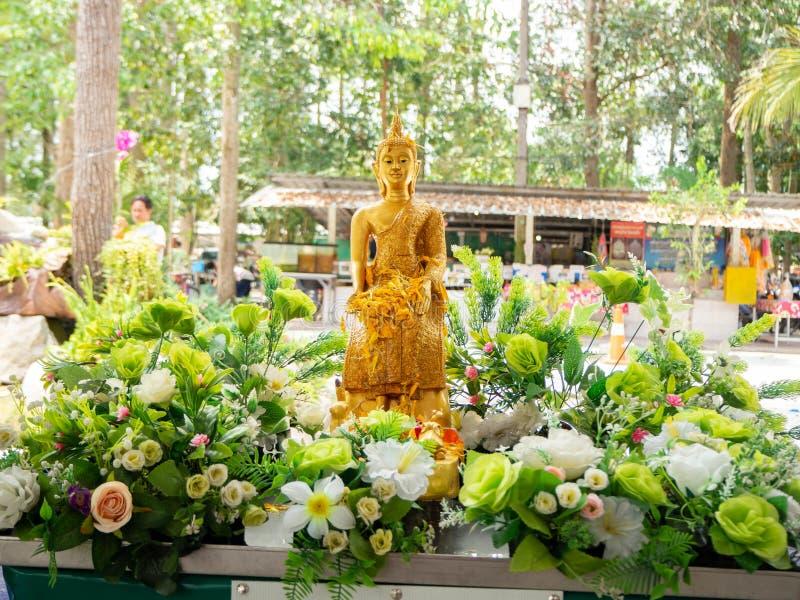Overgiet het monniksbeeldhouwwerk, Songkran-festival, Natakwan-Tempel, rayong, thialand stock afbeelding