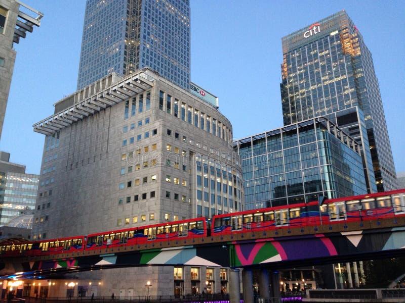 Overground en Canary Wharf, última hora de la tarde de Londres foto de archivo