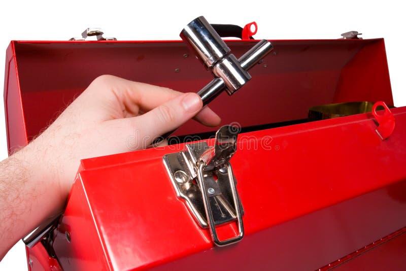 Overhandig het verwijderen van een moersleutel uit toolbox stock foto's