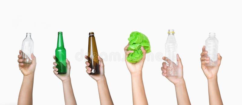 overhandig holdingshuisvuil van flessenglas en het flessenplastiek met plastic zak isoleert op wit royalty-vrije stock foto's