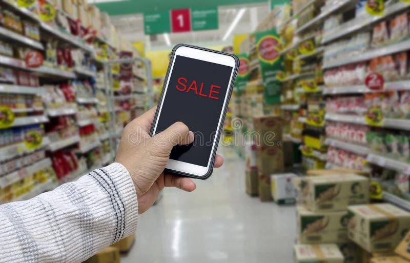 Overhandig holdingssmartphone stock afbeelding