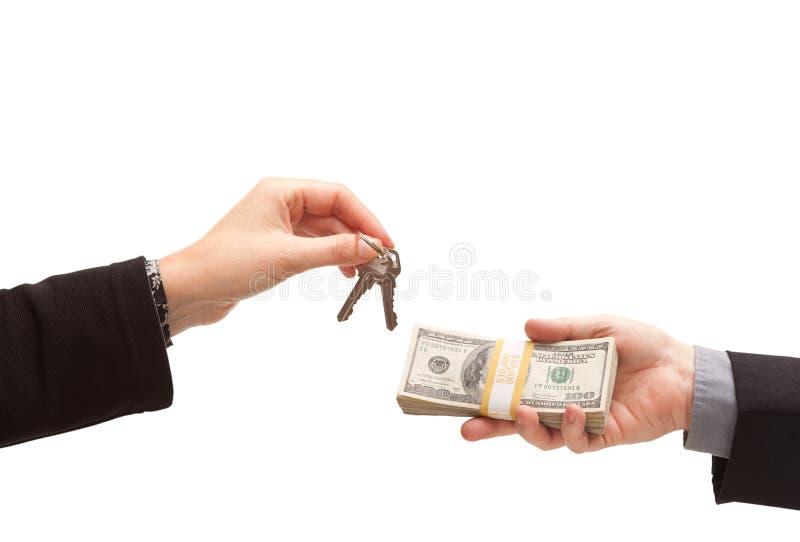 Overhandigend Contant geld voor Geïsoleerdeh Sleutels stock afbeelding