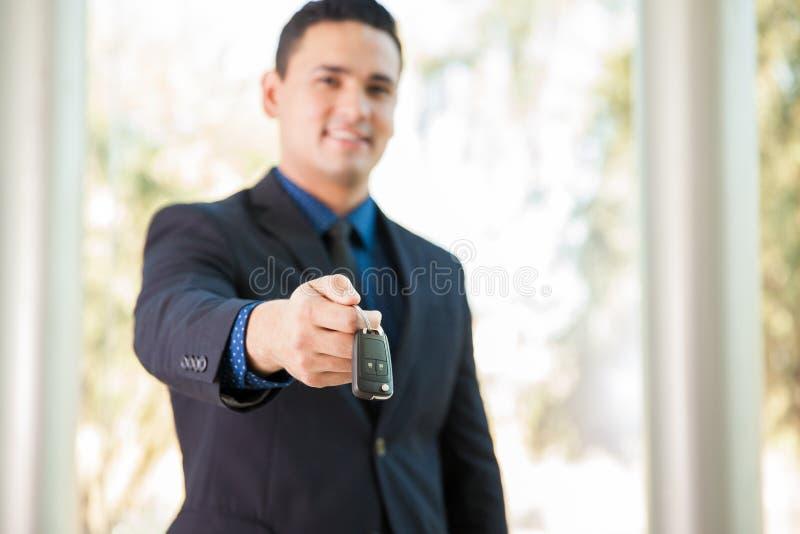 Overhandigend sommige autosleutels stock foto