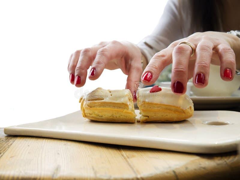 Overhandigt een Cake stock foto