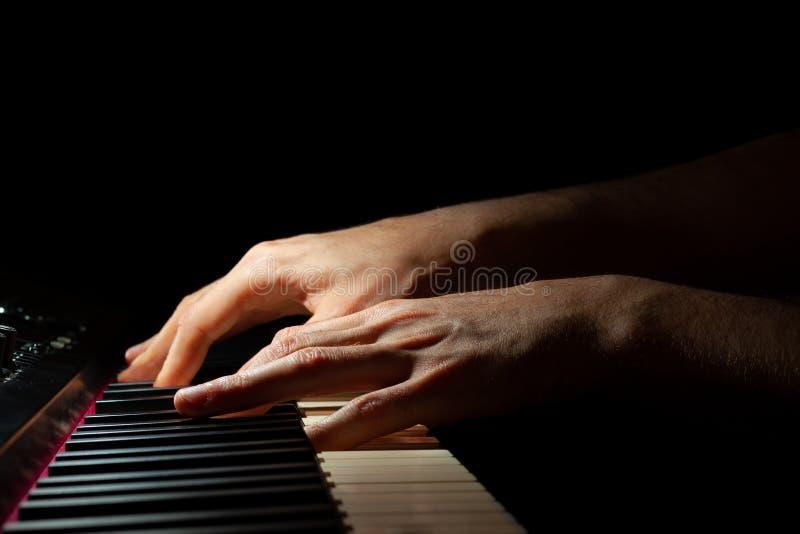 Overhandigt het spelen piano stock foto