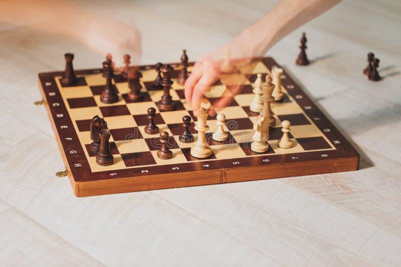 Overhandigt het spelen schaak met het effect van het motiespook stock fotografie