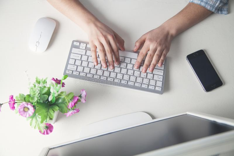 Overhandigt het typen computertoetsenbord in bedrijfsbureau stock foto's