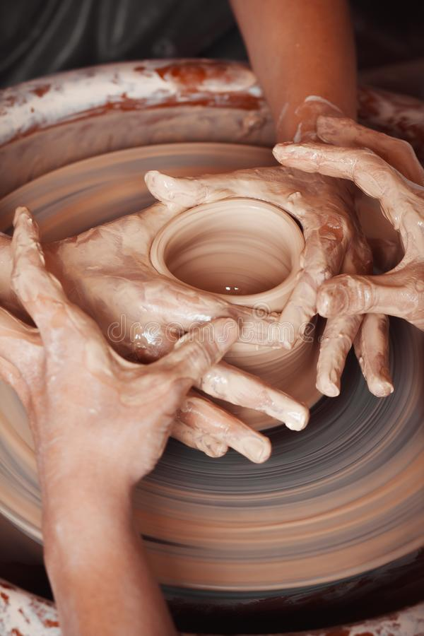 Overhandigt het vormen vorm op de aardewerkworkshop stock fotografie
