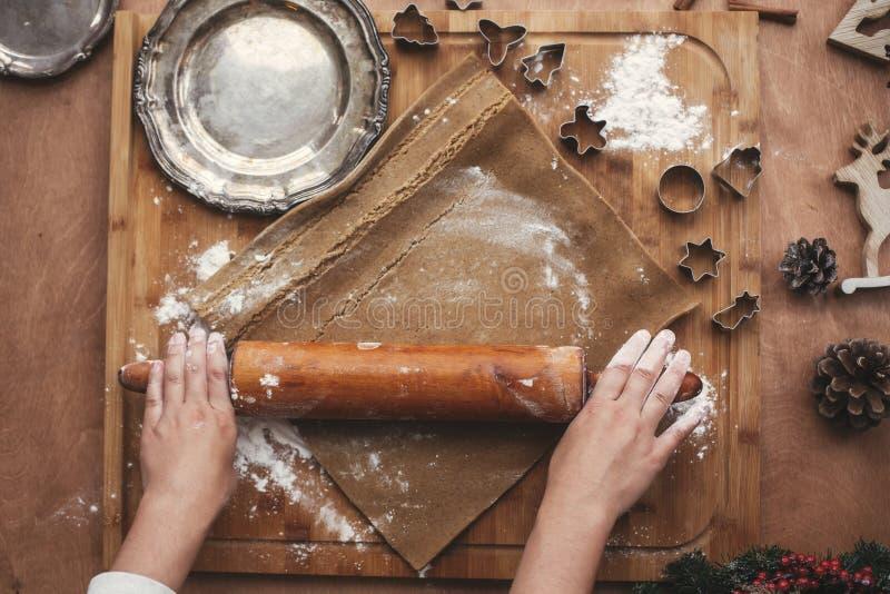 Overhandigt rollend deeg voor peperkoekkoekjes met het houten rollen royalty-vrije stock foto