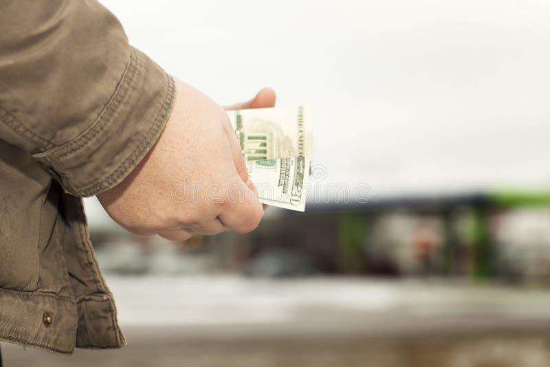Overhandigt tellend geld stock afbeeldingen