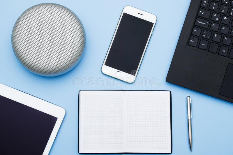 Overheadkosten van bureaulijst met laptop, tabletpc, cellphone, spea stock afbeeldingen