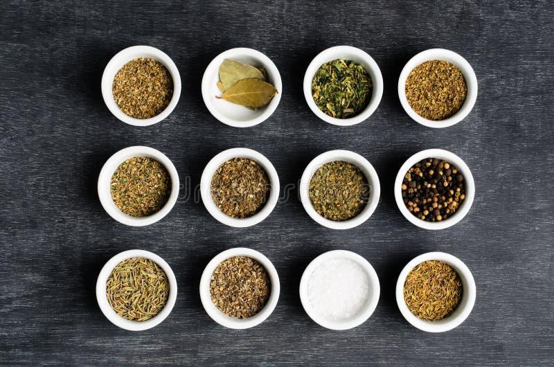 Overheadkosten van Droge Kruiden en Specerijen in Kommen stock fotografie