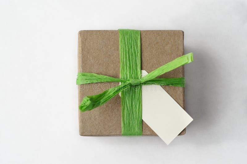 Overheadkosten van Eenvoudige Bruine Giftdoos met Groen Raffialint en B stock afbeeldingen